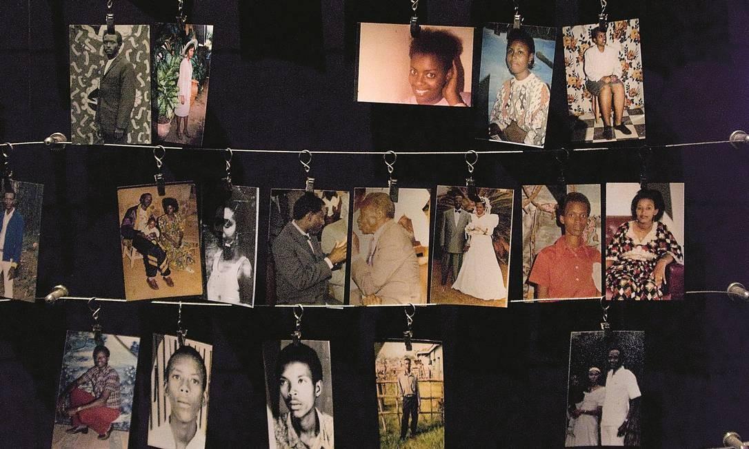 Colagem de fotos de desaparecidos no genocídio, em memorial de Kigali Foto: A DEMOTES / Agência O Globo