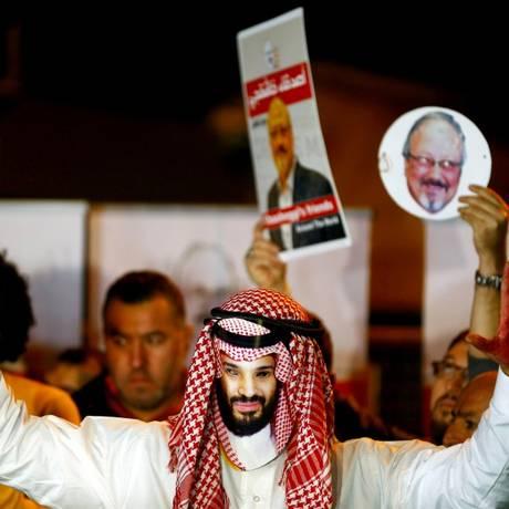 Manifestante com a máscara do príncipe Mohammed bin Salman participa de protesto contra a morte do jornalista Jamal Khashoggi em Istambul Foto: Osman Orsal / REUTERS