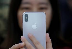 Aparelho iPhone X, lançado pela Apple em 2017 Foto: Reuters / Thomas Peter