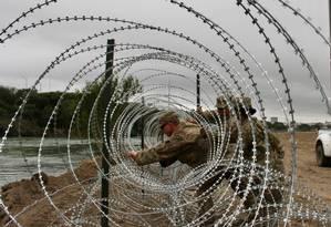 Soldados instalam cerca de arame farpado em Laredo, no Texas Foto: THOMAS WATKINS / AFP