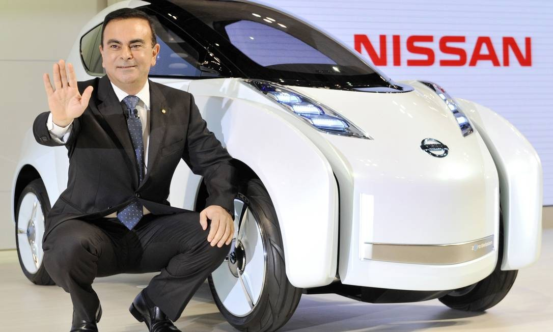 "Nesta foto de arquivo, Carlos Ghosn exibe o novo veículo conceito da Nissan, o ""Land Glider"" Foto: YOSHIKAZU TSUNO / AFP"