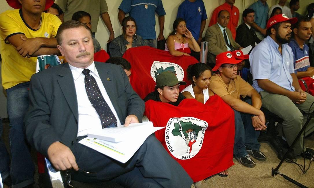 O presidente da UDR, Luiz Antônio Nabhan Garcia, ao lado de integrantes do MST, durante reunião da CPI da Terra Foto: Aílton de Freitas / Agência O Globo (24/11/2005)