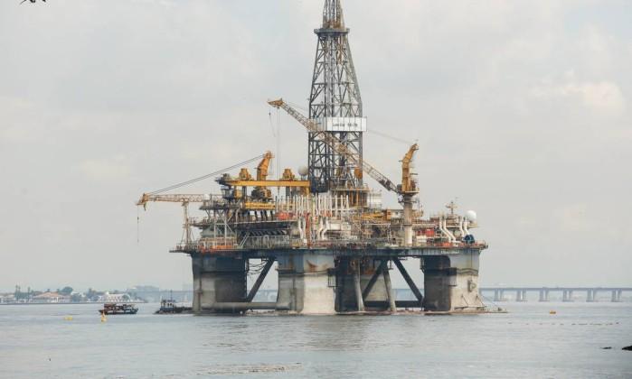 Plataforma de petróleo na praia de Boa Viagem, em Niterói, região metropolitana do Rio Foto: Brenno Carvalho / Agência O Globo