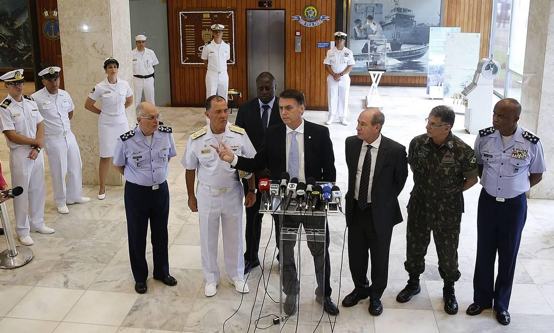 Presidente eleito, Jair Bolsonaro se reuniu com futuros comandantes das Forças Armadas, no Ministério da Marinha Foto: Jorge William / Agência O Globo