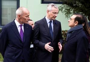 O ministro da Economia francês, Bruno Le Maire (ao centro), Carlos Ghosn (à direita), e Thierry Bollore (à esquerda), nomeado diretor executivo adjunto do grupo Renault após a prisão de Ghosn, conversam durante visita à fábrica da montadora francesa em Maubeuge, França Foto: POOL / REUTERS