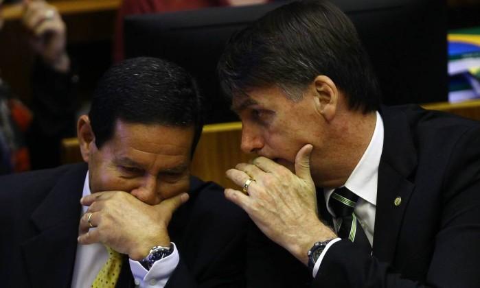 General Mourão ao lado de Jair Bolsonaro na sessão solene da promulgação da Constituição Foto: Jorge William / Agência O Globo