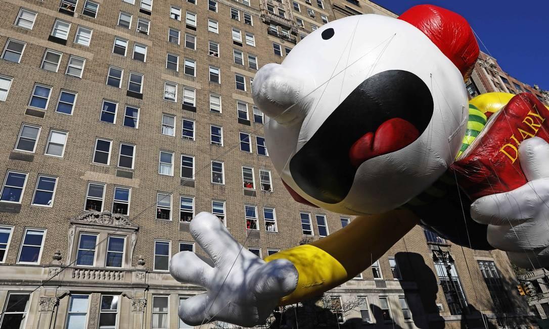 Balão do personagem Rodrick Heffley sobre a multidão durante a 92ª parada. Foto: BRENDAN MCDERMID / REUTERS