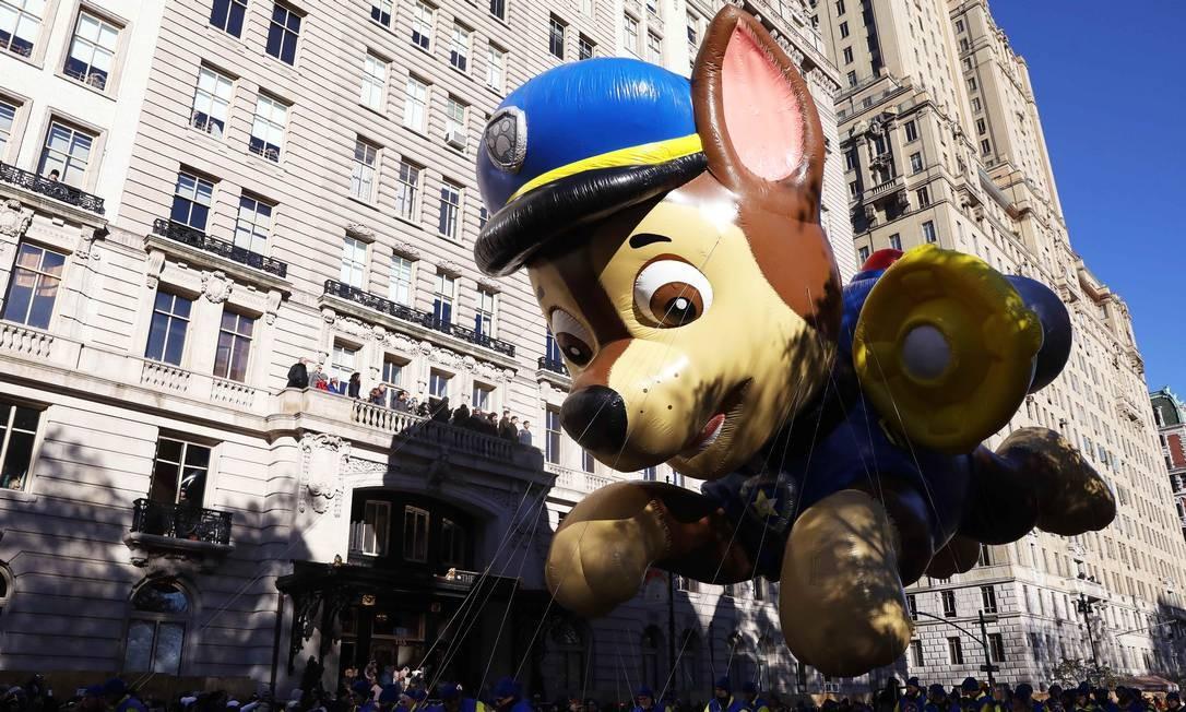 Balão do personagem Chase sobre a multidão durante a 92ª parada. Foto: BRENDAN MCDERMID / REUTERS
