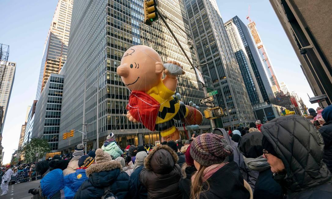 Balão do personagem Charlie Brown sobre a multidão durante a 92ª parada anual do dia de ação de graças de Macy em Nova York. Foto: DON EMMERT / AFP