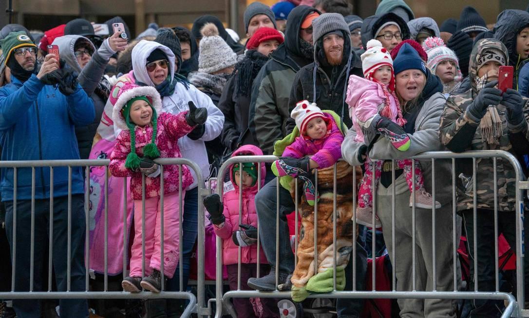 Mesmo no frio o público esteve presente durante a 92ª parada. Foto: DON EMMERT / AFP