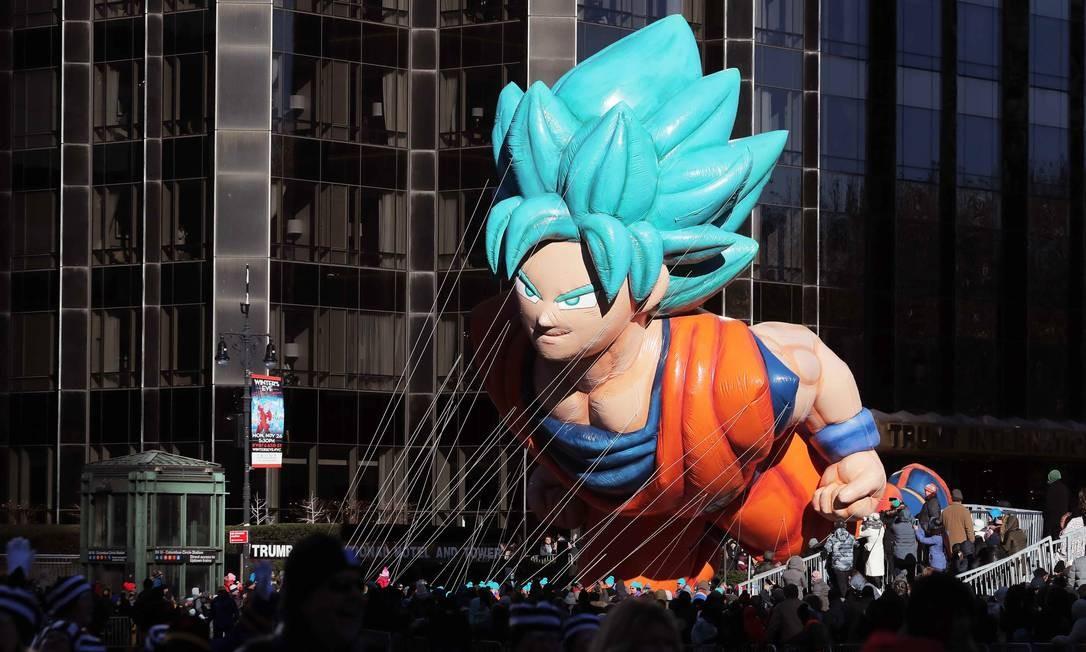 Balão do personagem Goku sobre a multidão durante a 92ª parada. Foto: BRENDAN MCDERMID / REUTERS