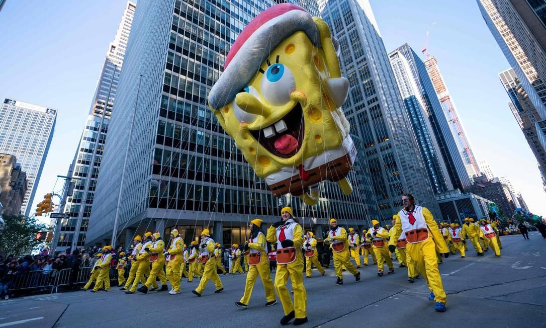 Balão do personagem Bob Esponja sobre a multidão durante a 92ª parada. Foto: DON EMMERT / AFP