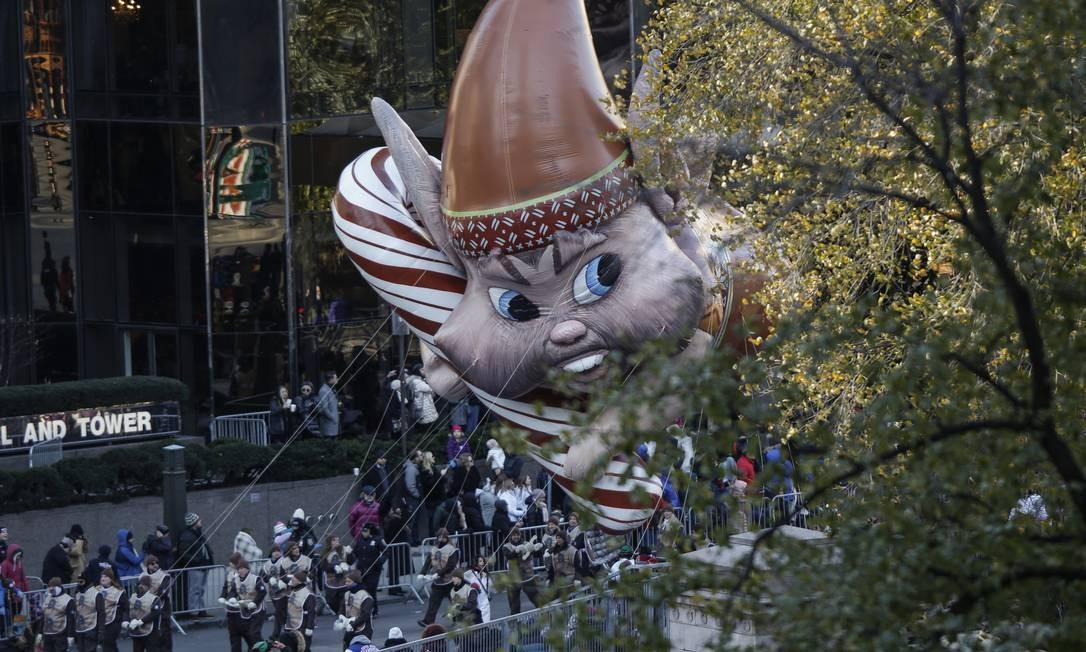 Balão do personagem Bjorn sobre a multidão durante a 92ª parada. Foto: KENA BETANCUR / AFP