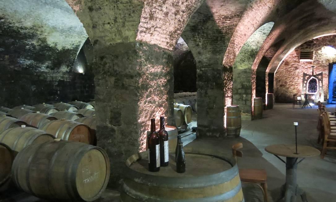 Cave subterrânea do casarão de pedra da Bodega Juanicó: local abriga degustações, lançamentos e eventos particulares Foto: Elisa Torres / .