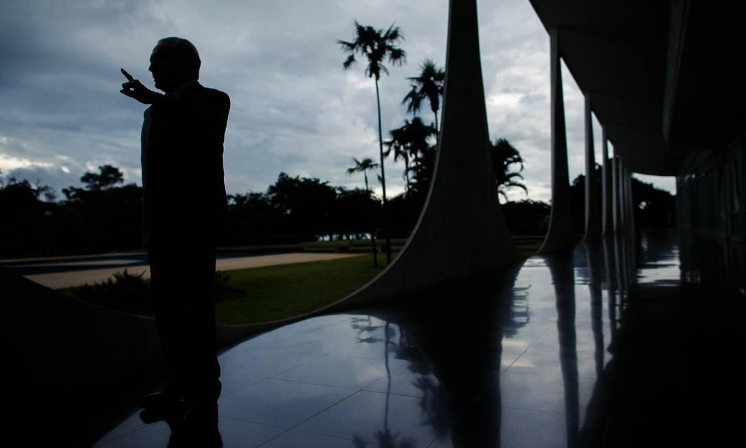 Temer na varanda do Alvorada, com suas famosas colunas em forma de arco Foto: Daniel Marenco / Agência O Globo