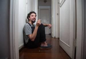 Exemplo de sobrevivência. João diz que sua obra fala do obscuro, mas também de esperança Foto: Emily Almeida / Agência O Globo