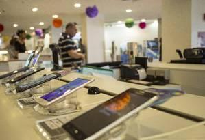 Smartphones aparecem entre os produtos mais procurados em pesquisa de preços para Black Friday Foto: Ana Branco/Arquivo / Agência O Globo
