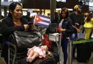 Médicos cubanos embarcam para Cuba no Aeroporto Internacional de Brasília Foto: Jorge William / Agência O Globo