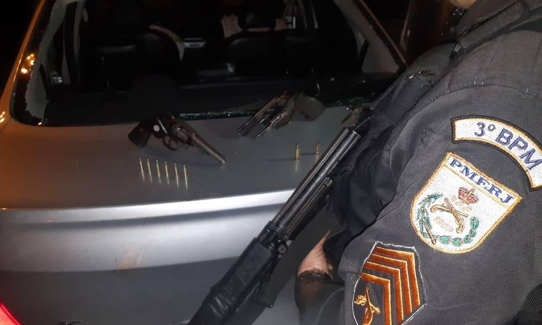 Agentes do 3º BPM apreenderam armas de fogo e recuperaram pertences de vítimas que tinha sido assaltadas Foto: Divulgação/ Pmerj