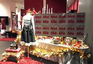 Vitrine da loja Dolce & Gabbana em Xangai é alvo de protesto Foto: HANDOUT / AFP