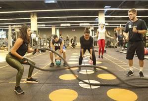 Na unidade da Bodytech na Vogue Square, na Barra da Tijuca, alunos fazem aula de
