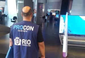 Fiscais do Procon vão às lojas conferir os descontos oferecidos durante a Black Friday Foto: Divulgação