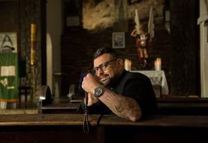 Lutador de jiu-jitsu, o padre João Cláudio tem 43 anos, mais de 20 tatuagens e acaba de virar livro Foto: Brenno Carvalho / Agência O Globo