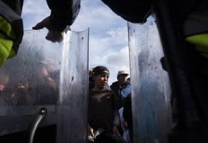 Em protesto, imigrantes centro-americanos pedem a autoridades que os deixem pedir asilo nos EUA Foto: GUILLERMO ARIAS / AFP