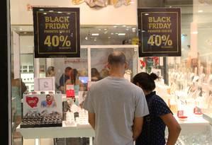 Casal confere ofertas da Black Friday em shopping Foto: Guilherme Pinto