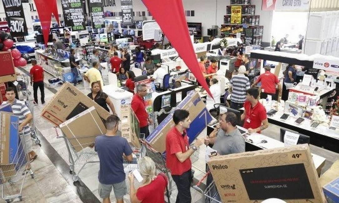 Filial do Extra na Barra da Tijuca: dia de compras Foto: / Marcos Ramos - Agência O Globo
