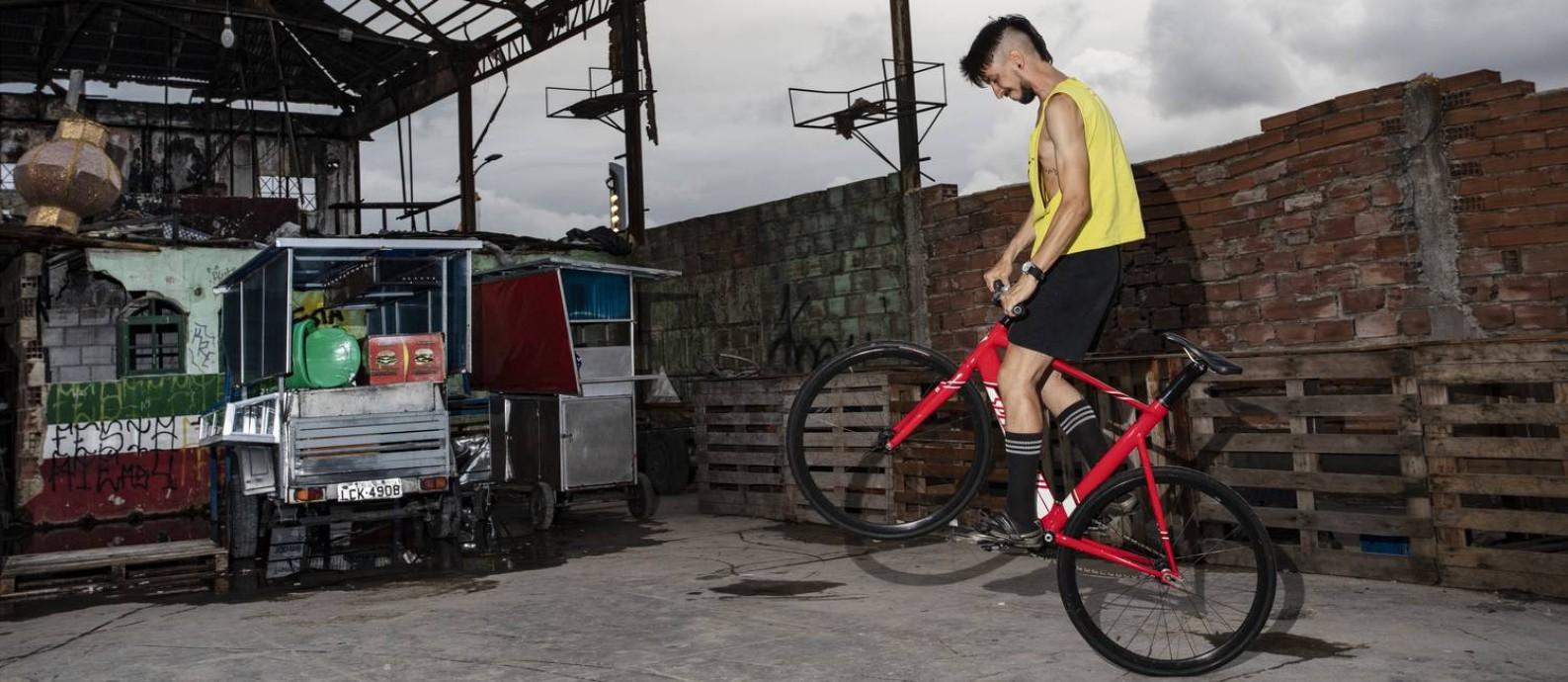 Filipe Koeche faz manobra em que empina sua bicicleta de roda fixa: ele, que trabalha em uma loja de ciclismo, veio de Fortaleza para competir nas Fixolimpíadas, evento em que conheceu a atual noiva Foto: Ana Branco / Agência O Globo