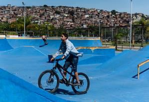 Ponto de manobras. A pista do Aterro do Cocotá, que recebe skatistas e ciclistas, foi pintada de azul Foto: Alex Ferro / Agência O Globo