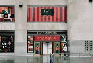 A entrada principal da F.A.O. Schwarz, em Nova York: tradicional loja de brinquedos é reaberta com um novo modelo de negócios Foto: NYT