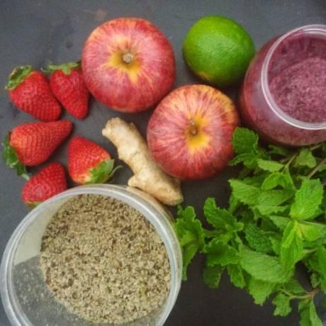 Frutas, folhas e mix de sementes compõem o suco anti-inflamatório sugerido pela nutricionista Robena Molinari Foto: Daniela Kalicheski