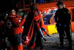 Migrante desembarca com o filho de 3 anos em Málaga, sul da Espanha Foto: Jon Nazca / REUTERS/11-11-2018
