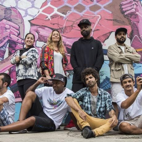 Artistas. Parte dos 40 grafiteiros que vão criar uma painel de 1.300 metros Foto: Emily Almeida / Emily Almeida