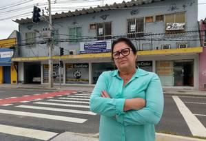 Surpresa desagradável. Professora Laila Estiges, que aluga uma das lojas do número 3.675 da rua, reclama que ela e a proprietária não foram notificadas Foto: Extra