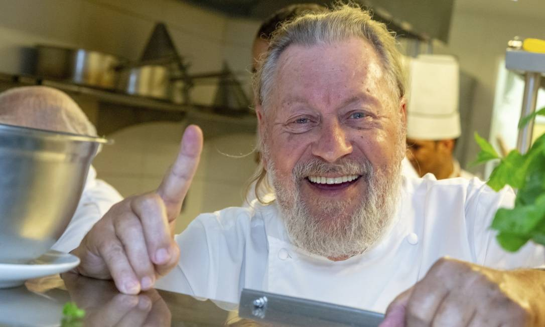 O chef Luciano Boseggia na cozinha do Olivetto Foto: Divulgação/José Marinho Peres
