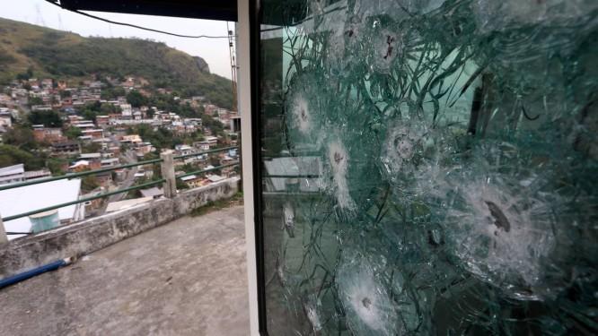 Cabine blindada da PM do Rio de Janeiro é alvejada Foto: Fabiano Rocha / Agência O Globo