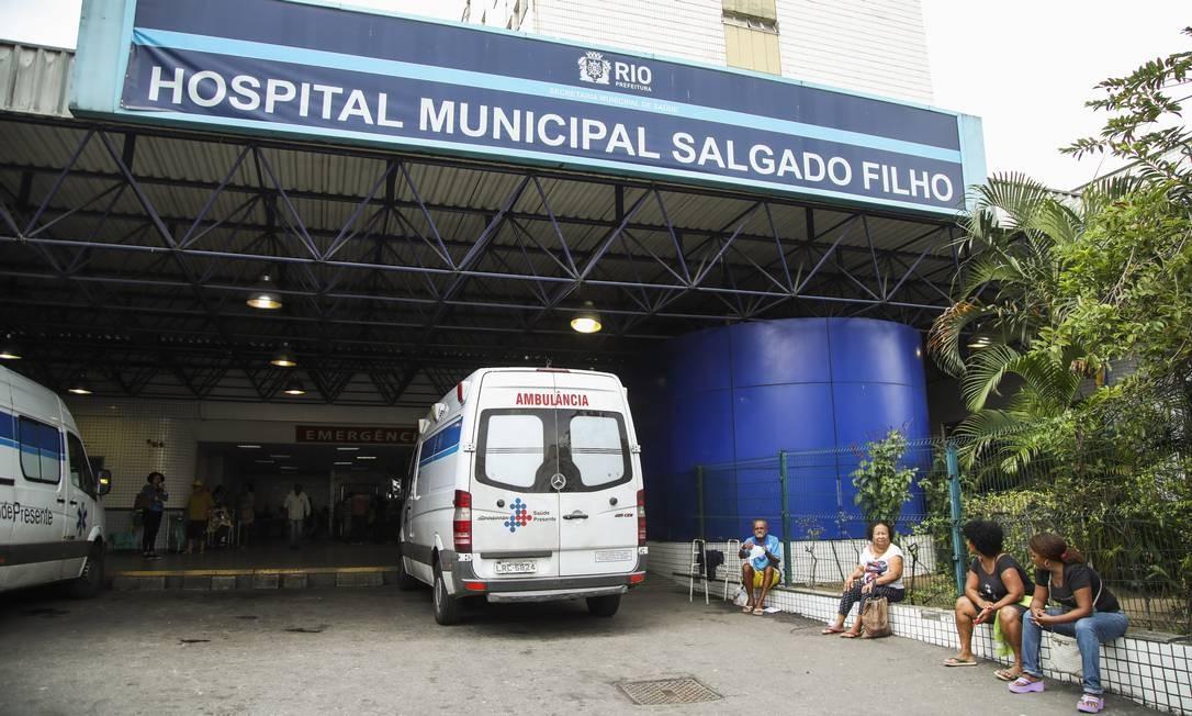 A jovem de 14 anos foi levada para o Hospital Salgado Filho Foto: Bárbara Lopes / Agência O Globo