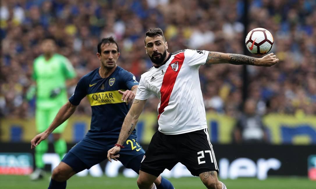 Carlos Izquierdoz, do Boca Juniors, e Lucas Pratto, do River, no jogo de ida, no empate em 2 a 2 na Bombonera Foto: ALEJANDRO PAGNI / AFP