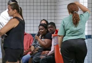 Familiares da menina morta no Hospital Salgado Filho Foto: Marcio Alves / Agência O Globo