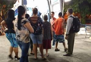 Familiares de Apolônia Maria da Costa no PAM de Irajá Foto: Diego Brum / Agência O Globo