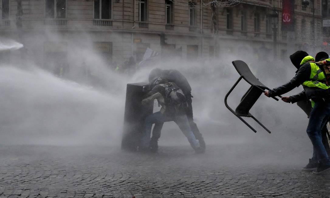 Polícia utiliza canhões de água para tentar dispersar os manifestantes, que protestam contra a alta dos preços dos combustíveis e perda do poder aquisitivo Foto: FRANCOIS GUILLOT / AFP