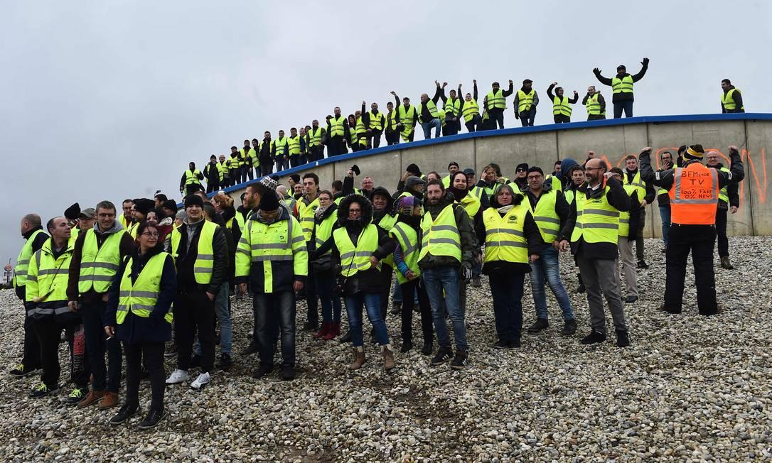 Os manifestantes vestidos de coletes amarelos bloquiam uma rotatória num dos acessos às auto-estradas A11 e A 28, em Saint Saturnin, perto de Le Mans, noroeste da França Foto: JEAN-FRANCOIS MONIER / AFP