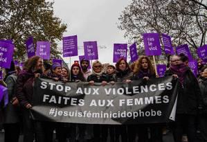 Atriz francesa Muriel Robin, ao centro, durante marcha contra violência de gênero na França Foto: XAVIER AGON / AFP