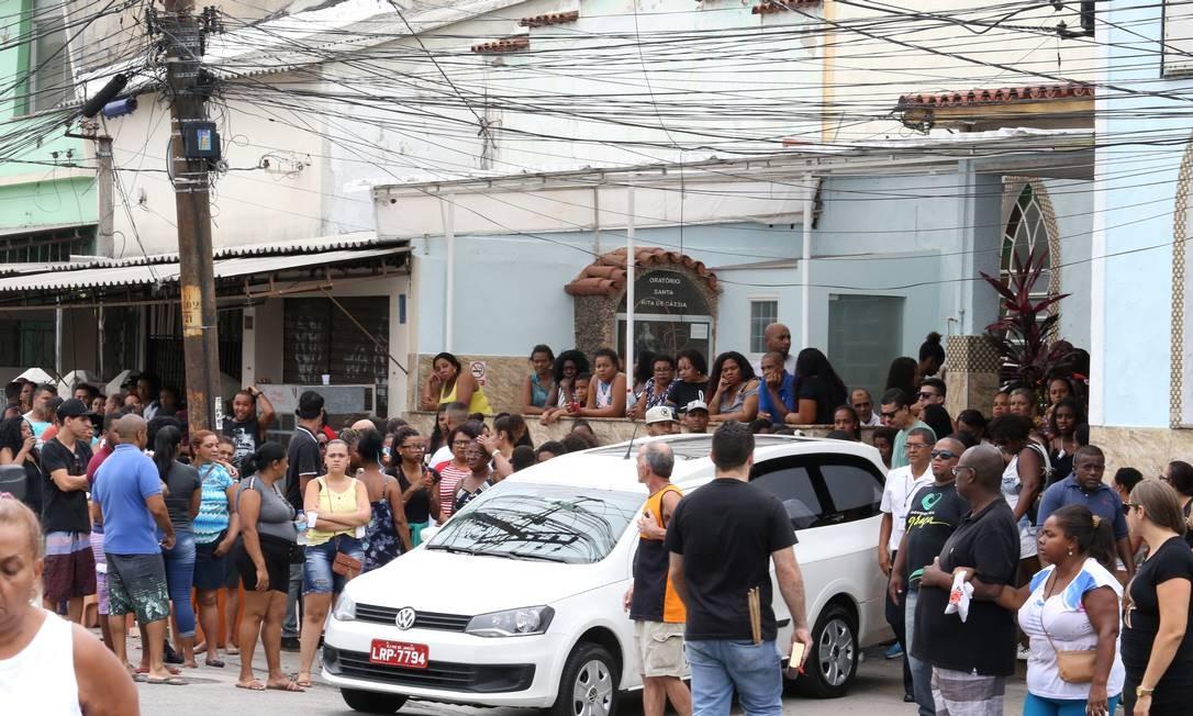 Enterro do menino João Victhor Valle Dias,de 9 anos, atingido na comunidade da Fazendinha, no Complexo do Alemão Foto: Guilherme Pinto / Agência O Globo