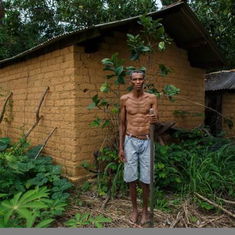 Joaquim Fernandes de Castro, 58, trabalhou numa mina e o pó da extração lhe afetou os pulmoes Foto: Daniel Marenco / Agência O Globo