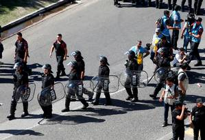 Polícia em ação nos arredores do Monumental de Nuñez Foto: MARTIN ACOSTA / REUTERS