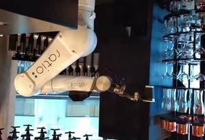Robô barman na China Foto: João Sorima / Agência O Globo
